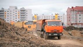 Camions à benne basculante travaillant à un chantier de construction banque de vidéos