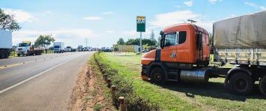 Camions arrêtés sur les routes pour la protestation l'augmentation diesel des prix Images libres de droits