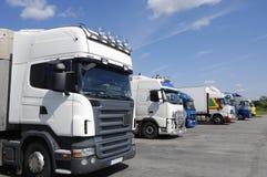 Camions attendant le chargement de cargaison Image stock