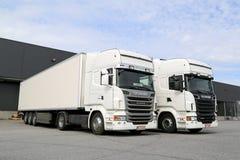 Camions blancs de Scania au bâtiment d'entrepôt Images libres de droits