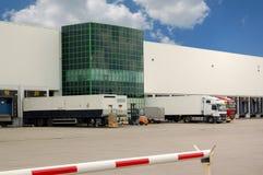 Camions chargeant à un entrepôt Image stock