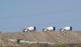 Camions-citernes aspirateurs de mélangeur concret au chantier de construction photos libres de droits