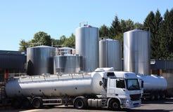 Camions-citernes frigorifiés de lait Photo libre de droits