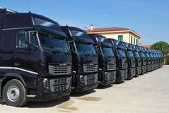 Camions d'entreprise de flotte rayés Photo stock