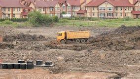 Camions d'extraction travaillant à un chantier de construction banque de vidéos