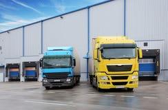 Camions dans le bâtiment d'entrepôt Photo stock