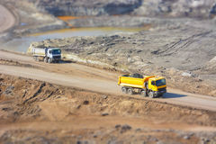 Camions dans une mine de charbon photo stock