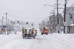 Camions de charrue sur la rue après la tempête 2015 Image libre de droits