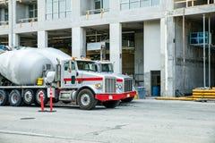 Camions de ciment au chantier de construction images libres de droits