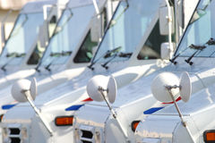 Camions de courrier blancs des USA dans une ligne images stock