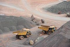Camions de déchargeur se garant dans une mine à ciel ouvert Photos stock