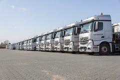 Camions de Mercedes Benz Actros d'Allemand d'entreprise de transport Neumann Images libres de droits