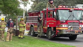 Camions de pompiers, corps de sapeurs-pompiers, véhicules de réponse de secours banque de vidéos