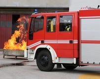 camions de pompiers dans la station des sapeurs-pompiers photos stock