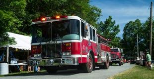 Camions de pompiers dans un défilé de petite ville Photos stock