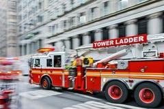 Camions de pompiers et brigade de sapeurs-pompiers dans la ville images stock