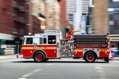 Camions de pompiers et brigade de sapeurs-pompiers dans la ville images libres de droits