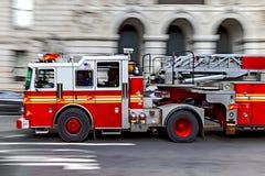 Camions de pompiers et brigade de sapeurs-pompiers dans la ville photos stock
