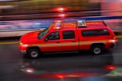 Camions de pompiers et brigade de sapeurs-pompiers dans la ville photos libres de droits