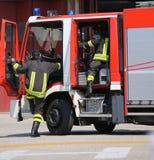 Camions de pompiers et sapeurs-pompiers avec des uniformes photo libre de droits