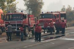 Camions de pompiers sur une route Photos stock