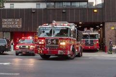 Camions de sapeurs-pompiers de New York partant de leur caserne de pompiers Photographie stock libre de droits