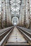 Camions ferroviaires passant par le pont Images stock
