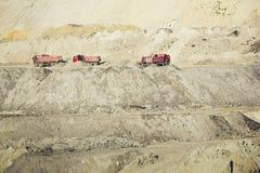 Camions fonctionnant dans une mine de charbon Photographie stock libre de droits
