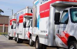 Camions mobiles d'U-HAUL stationnés dans une ligne Photographie stock libre de droits