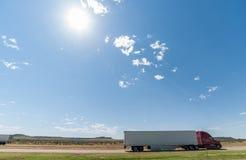 Camions passant, formes de relief de MESA sur l'horizon au delà du paysage le long Photo stock
