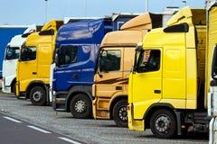 Camions sur un parking d'omnibus Photographie stock