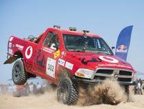 Camions tous terrains concurrençant dans un rassemblement de désert Image libre de droits