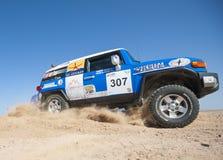 Camions tous terrains concurrençant dans un rassemblement de désert Photos stock