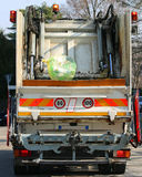Camions urbains d'hygiène pendant la collection de déchets solides dedans Photographie stock libre de droits