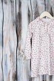 Camisón floral para las chicas jóvenes Fotografía de archivo libre de regalías