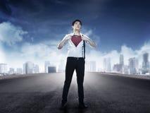 A camisa aberta asiática do homem de negócio gosta do super-herói Fotografia de Stock Royalty Free