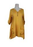 Camisa amarilla en un fondo blanco Foto de archivo