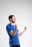 Camisa azul del jugador de fútbol con el estudio aislado bola Imagenes de archivo