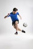 Camisa azul del jugador de fútbol con el estudio aislado bola Fotos de archivo