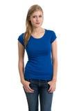 Camisa azul en blanco que lleva rubia joven Foto de archivo