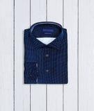 Camisa azul en un fondo de madera Fotografía de archivo
