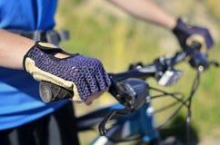 Camisa azul vestindo Biking da montanha Fotografia de Stock Royalty Free