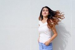 Camisa blanca de la moda asiática joven hermosa de la mujer imágenes de archivo libres de regalías