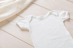Camisa blanca del bebé fotografía de archivo