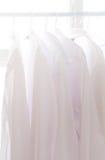 Camisa blanca en la cuerda para tender la ropa Fotos de archivo