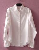 Camisa blanca en percha Imagen de archivo