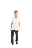 Camisa blanca que desgasta del muchacho y vaqueros negros Fotografía de archivo libre de regalías