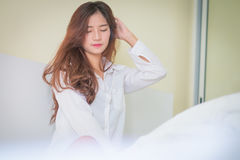 Camisa blanca que lleva de la mujer hermosa elegante que presenta en dormitorio, Imágenes de archivo libres de regalías