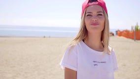 Camisa blanca que lleva de la mujer rubia joven hermosa almacen de metraje de vídeo