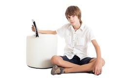 Muchacho adolescente con una PC de la tableta Fotos de archivo libres de regalías